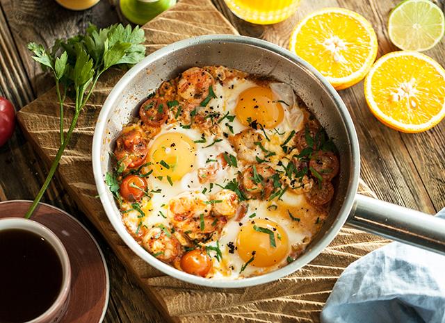 Рецепт для воскресного завтрака: яичница-глазунья с креветками