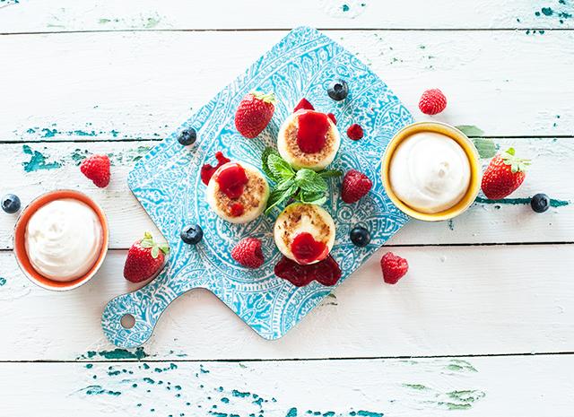 Рецепт для воскресного завтрака: сырники с протертой малиной