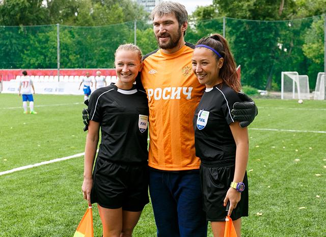 Александр Овечкин, Аркадий Дворкович и другие сыграли в футбол в центре Москвы
