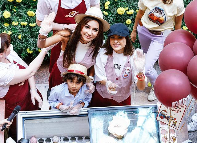 Зара с сыном, Валерий Меладзе с дочкой, Елена Темникова и другие гости Дня мороженого в ГУМе